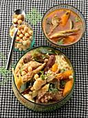 Traditionelles Couscous mit Gemüse, Fleisch und Würstchen