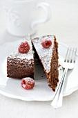 Zwei Stücke Schokoladenkuchen