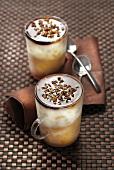 Milchkaffee-Frappee mit Kaffeesirup und Walnüssen