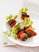 Vegetarische Spiesse mit Zucchini, Aubergine, Pilzen, Artischocken und Tomaten