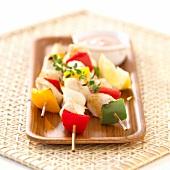 Seehecht-Paprika-Spiesse mit Zwiebeln und Dip