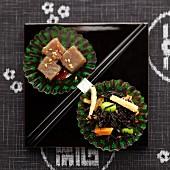 Hijiki-Algen mit Saubohnen und Karotten, Würfel aus Konjakwurzelpaste
