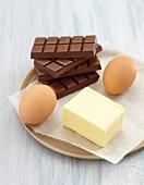 Zutaten für Stracciatella-Kuchen (Eier, Butter, Schokolade)