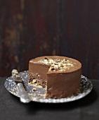 Angeschnittene Schokoladentorte mit Keksboden