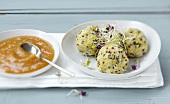 Quinoa-Fisch-Bällchen mit Sprossen, Sesam und Sauce