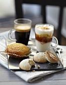 Italienisches Kleingebäck mit zweierlei Kaffee