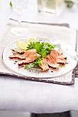 Salat mit mariniertem rohen Lachs und Endivien