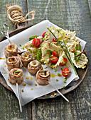 Kleine Saltimbocca-Spiesschen mit Salat