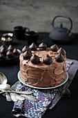 Schokoladencremetorte mit dunklen Schokopralinen