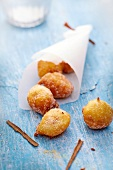 Bolinho de chuva, cinnamon donuts coated in sugar