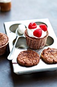 Schoko-Cupcake mit Sahne und Himbeeren