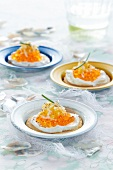 Tartelettes mit Frischkäse, Fischrogen und geriebenem Käse
