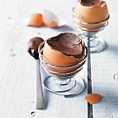 Schokoladencreme in der Eierschale zu Ostern