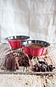 Kleine Schokoladenkuchen mit weichem Kern
