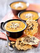 Kürbissuppe mit Käsechips und schwarzen Senfkörnern