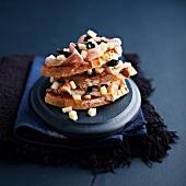 Belegtes Brot mit Speck, Oliven und Provolone