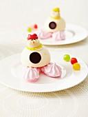Lustig verziertes Eisdessert für Kinder