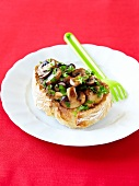 Baguettescheibe mit Pilzen und Petersilie