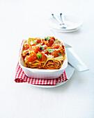 Gerollte Lasagne mit Kirschtomaten und Mozzarella