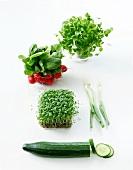 Komposition mit Gemüse vor weißem Hintergrund