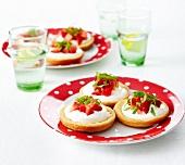 Tarteletts mit Zitronencreme, Erdbeeren und Pfefferminze