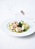 Hähnchenrouladen mit Pancetta und Emmentaler dazu Broccoli und Blumenkohl