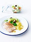 Gegrillte Hähnchenbrust, Salat und Kartoffeln