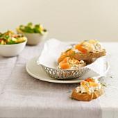 Cottage Cheese mit Lachs auf Weissbrotscheiben