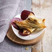 Bluecheese-walnut-apple bricks with beetroot crisps