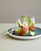 Avocadopüree und Tomatengranita in Gläsern