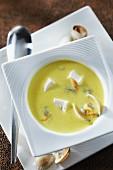 Kokosmilch-Curcuma-Suppe mit Herzmuscheln und Schellfischwürfeln