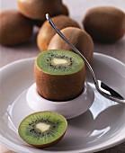 Kiwi im Eierbecher mit Löffel