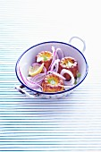Cannelés aux oignons (Würzige Mini-Küchlein mit Zwiebeln)