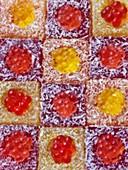 Geeiste süsse Würfel mit Fruchtperlen