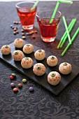 Augäpfel aus Kokosbällchen zu Halloween