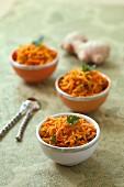 Gedünstete geraspelte Karotten mit Gewürzen und Senf