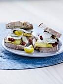 Sandwich mit Omelette, Tomatenconfit und Artischockenherzen