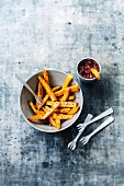 Carrot fries and paprika-flavored onion chutney