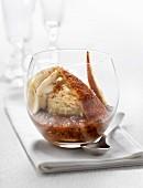 Far au verre (Bretonischer Puddingkuchen mit Eis und Pflaumenkompott im Glas)