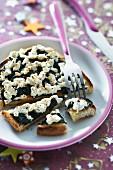 Geröstete Brotscheibe mit Spinat und Petit Billy