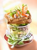 Knusprige Brotscheibe mit Meeresfrüchten