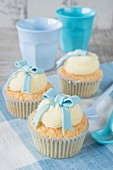 Boy's cupcakes decorated with a blue bow