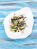 Mackerel skewers with artichokes and leeks