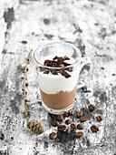 Schokoladenmousse mit Schlagsahne und Kaffeegelatinestückchen, im Glas serviert