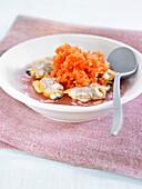 Salat mit Teppichmuscheln und Tomaten-Granita