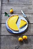 Angeschnittene Tarte au citron (Französische Zitronentarte)