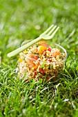 Bulgur-Taboulé mit Lachs im Glas, im Gras