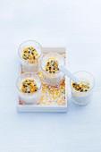 Tapiokaperlen mit Passionsfrucht-Coulis in Gläsern