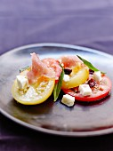 Carpaccio mit roten und gelben Tomaten, rohem Thunfisch, Cranberries und Feta