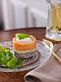 Schichttörtchen mit Artischockenboden, Champignon-Schalotten-Farce, Kräutercreme, Räucherlachs und pochiertem Ei